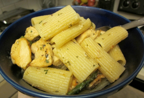 Rigatoni with chicken and asparagus